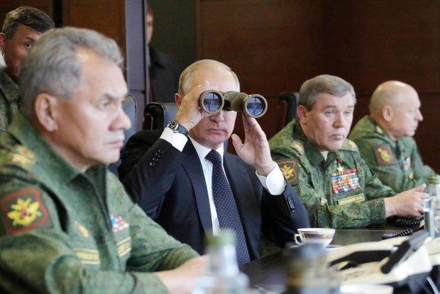 Vladimir Poutine regardant dans des jumelles