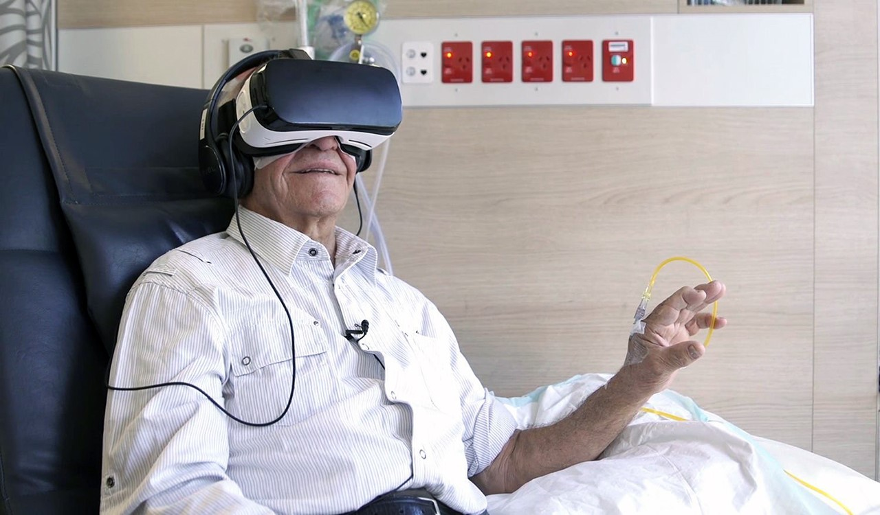 Une personne âgée et malade découvrant les réalités numériques