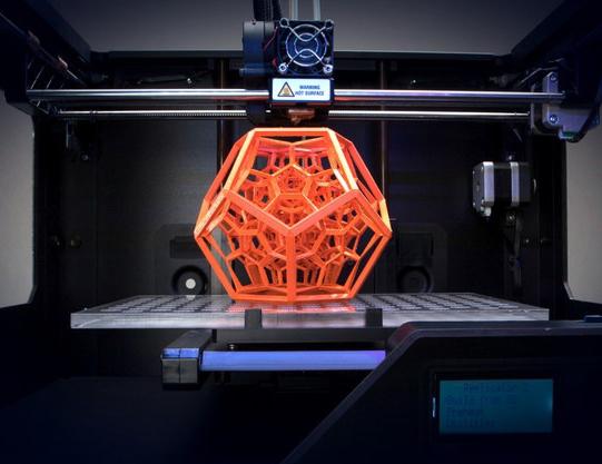 Pièce orange fabriquée à partir d'une imprimante 3D